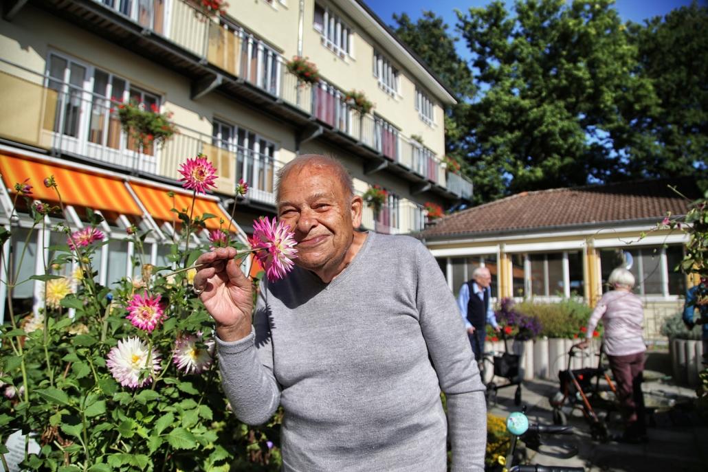 Im Garten des Seniorenheims am Erikaweg