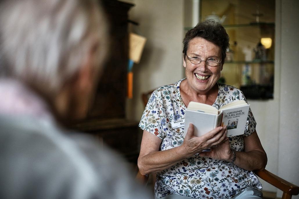 Monika Nick liest den Bewohnern des Seniorenzentrums ehrenamtlich vor.