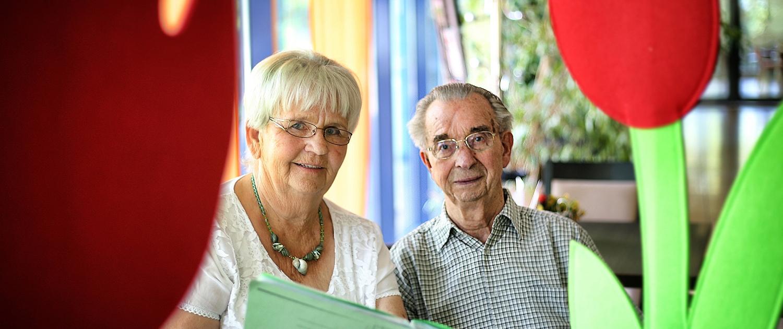 Im Wohn- und Pflegezentrum Hilden kümmert sich Ursula Backhaus (links) ehrenamtlich um die Bewohner. In Bastelgruppen werden z.B. Filzblumen hergestellt. Hier bespricht sie mit Hugo Baum die nächsten Bastelprojekte.